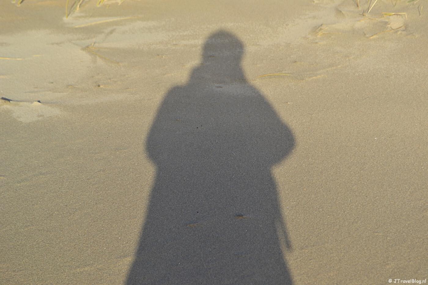 My shadow op het strand tijdens mijn wandeling door de Amsterdamse Waterleidingduinen