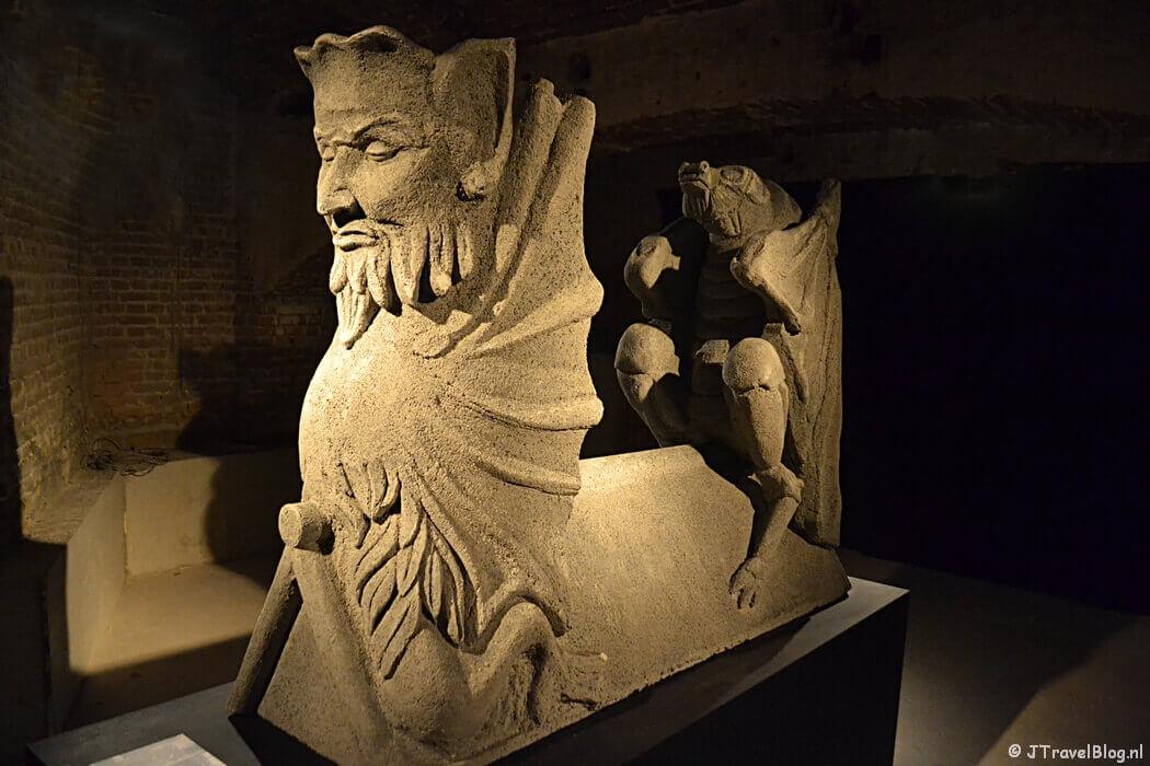 Het 3D-beeld van de vleermuis en de duivel in de crypte van de Koepelkathedraal in Haarlem tijdens 'De Wezens van de Kathedraal'