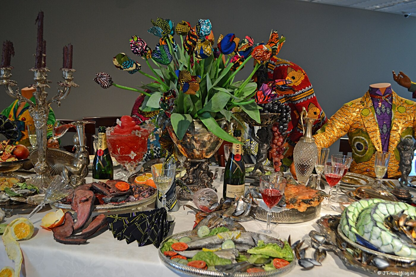 Kunstwerk 'Last supper' van kunstenaar Yinka Shonibare, naar de muurschildering van Leonardo da Vinci, uitbeeldende het laatste avondmaal (verhaal uit de Bijbel) in het LAM (Lisser Art Museum) in Lisse