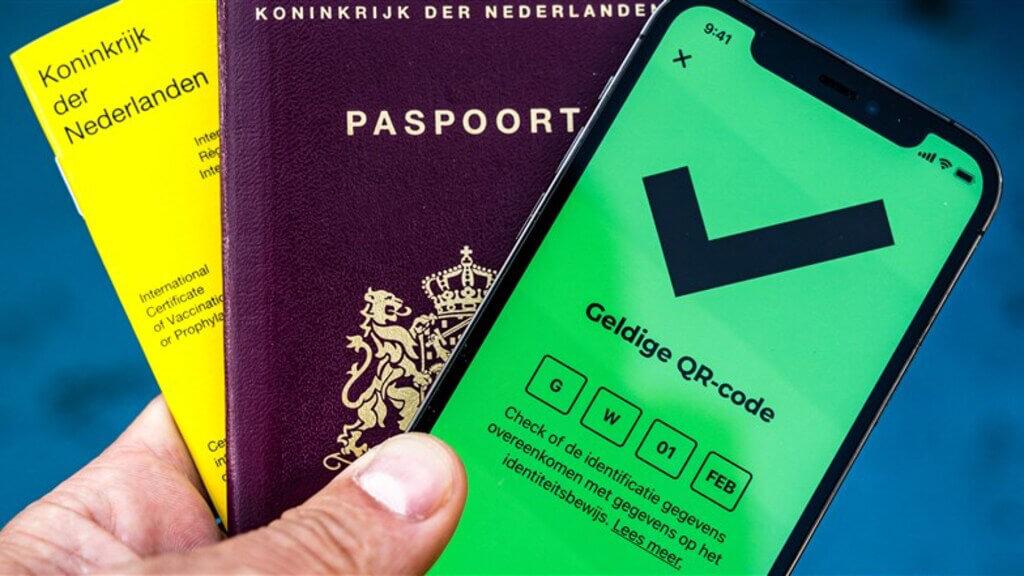 De CoronaCheck-app, gele vaccinatieboekje en het paspoort