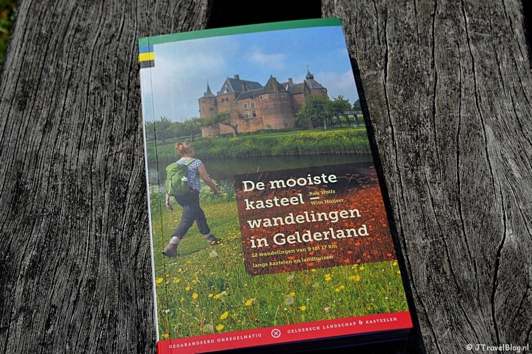 De wandelgids 'De mooiste kasteelwandelingen in Gelderland' van Uitgeverij Gegarandeerd Onregelmatig