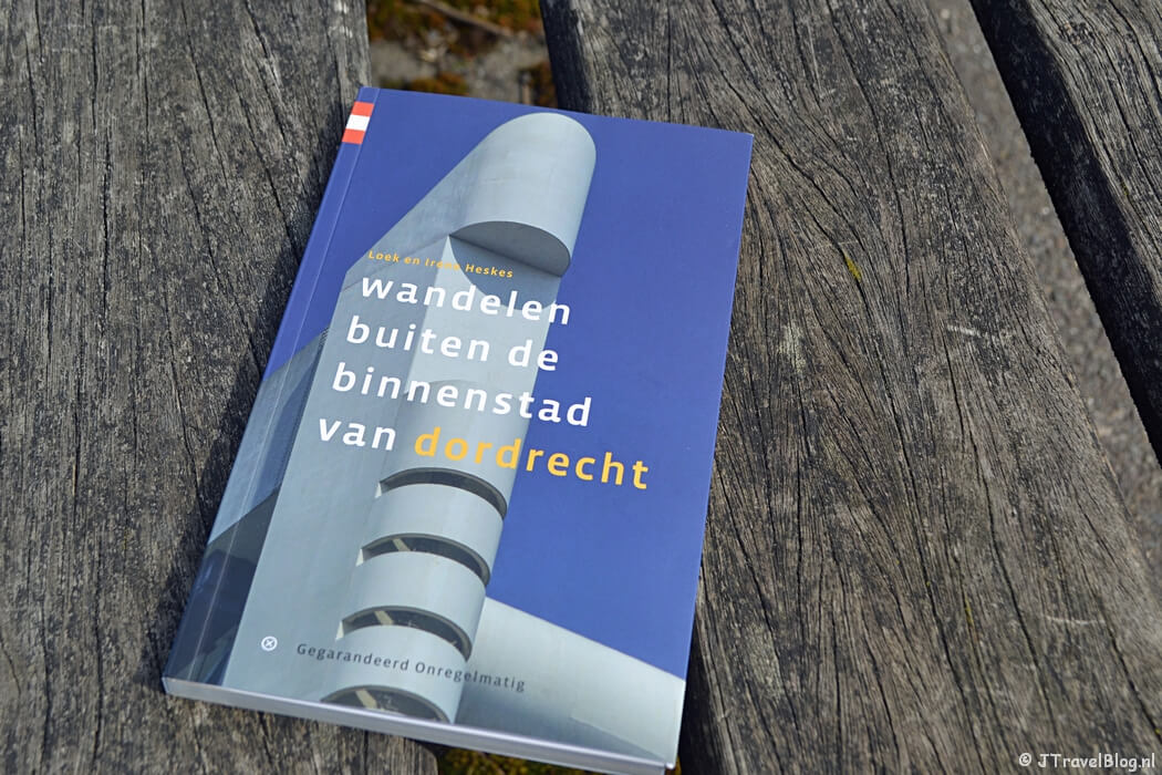 De wandelgids 'Wandelen buiten de binnenstad van Dordrecht' van Uitgeverij Gegarandeerd Onregelmatig