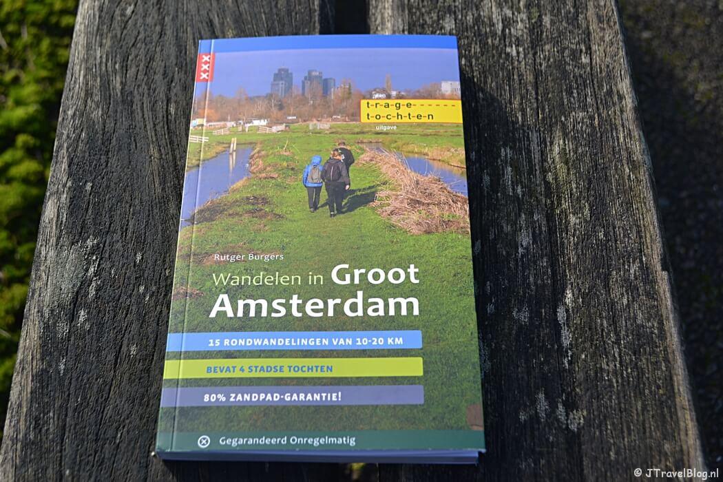 De wandelgids 'Wandelen in Groot Amsterdam' van Uitgeverij Gegarandeerd Onregelmatig