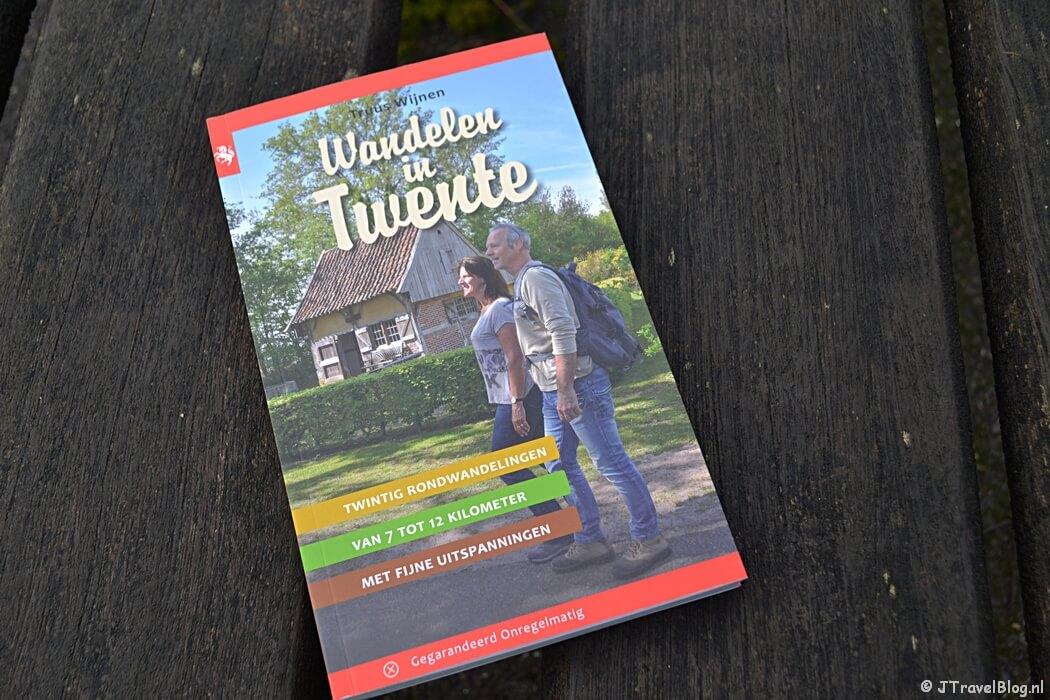 De wandelgids 'Wandelen in Twente' van Uitgeverij Gegarandeerd Onregelmatig